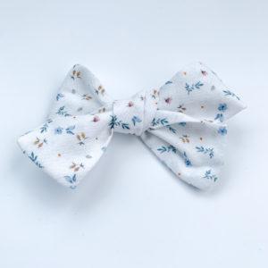 Barrette Agathe: Barrette fleurie, fond blanc, petites fleurs bleues
