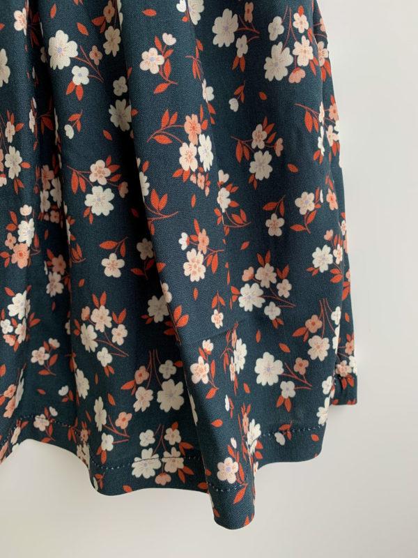 Jupe Louise: jupe fleuries, fond bleu, fleurs blanches et roses