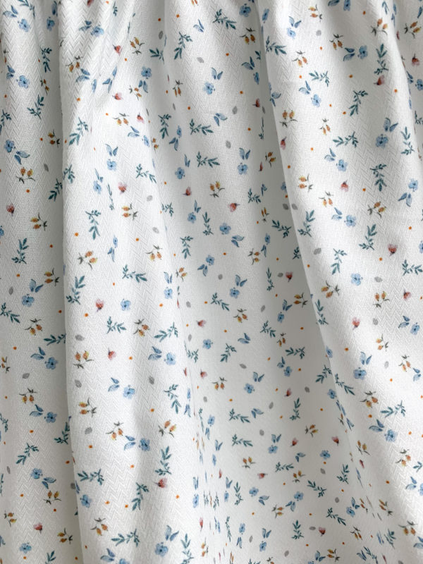 Jupe Agathe: Jupe fleurie, fond blanc, petites fleurs bleues