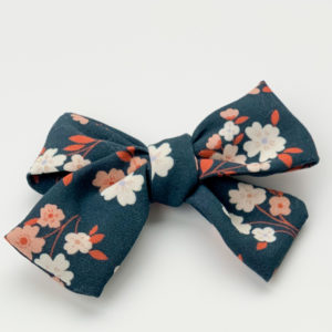 Barrette fleurie, fond bleu, fleurs blanches et roses